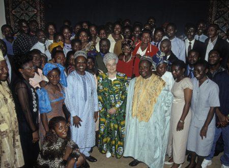 1943-1993                      I cinquant'anni dei Focolari.                                             Alla Festa manca la Fondatrice, la si celebra in canzoni.